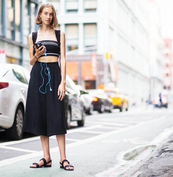 Quần culottes vẫn tiếp tục được ưa chuộng trong mùa hè năm nay. Thay vào áo sơ mi hay áo phông thường thấy, bạn hoàn toàn có thể đổi mới hình ảnh với bratop cực gợi cảm.