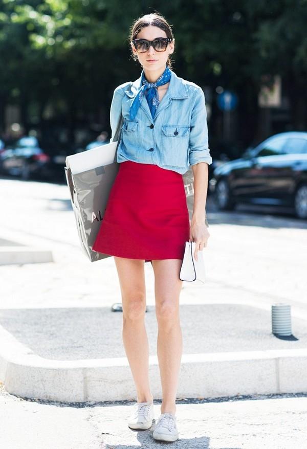 """Denim bắt đầu """"tung hoành"""" trở lại khi liên tục được lăng xê từ thảm đỏ đến đời thường. Nếu muốn diện denim theo phong cách thanh lịch, áo sơ mi kết hợp cùng chân váy midi sẽ là một lựa chọn tuyệt vời. Một chiếc khăn lụa điệu đà sẽ giúp bạn trông cuốn hút hơn gấp bội lần."""
