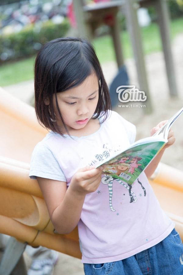 Minh Anrất thích đọc sách, đọc truyện tranh và chơi đàn