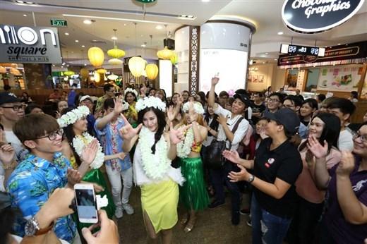 Những màn vũ đạo sôi động mà Đông Nhi và vũ công Hulahula mang tới khiến khán giả phấn khích vỗ tay không ngớt. - Tin sao Viet - Tin tuc sao Viet - Scandal sao Viet - Tin tuc cua Sao - Tin cua Sao