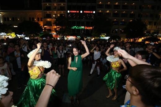 Chi Pu xuất hiện và bất ngờ khoe khả năng nhảy nhót cùng nhóm vũ công thu hút khán giả đến cực đông. - Tin sao Viet - Tin tuc sao Viet - Scandal sao Viet - Tin tuc cua Sao - Tin cua Sao