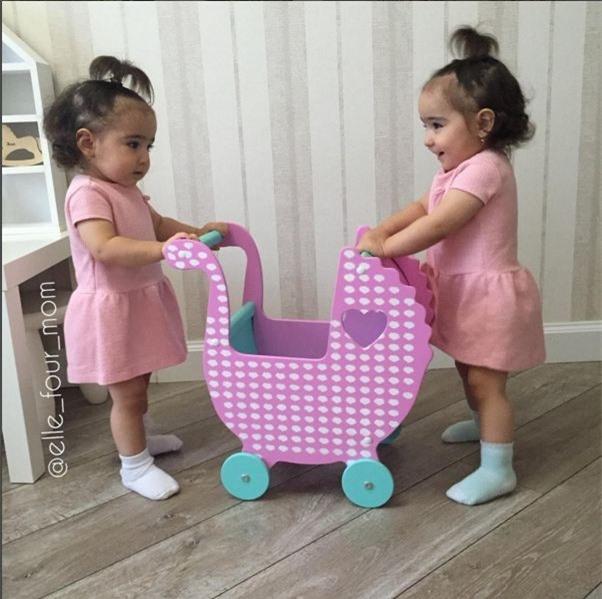 Không chỉ giống nhau váy áo, cặp song sinh còn được mẹ cho để kiểu tóc đồng điệu.