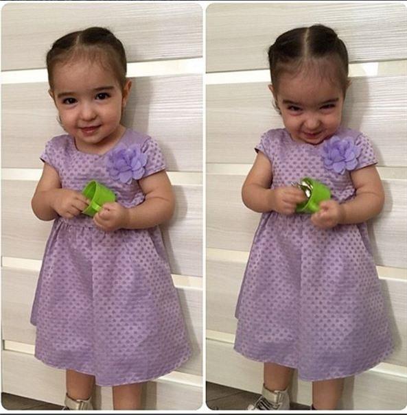Váy xoè bồng xinh yêu khiến 2 bé càng thêm ngộ nghĩnh và đáng yêu.