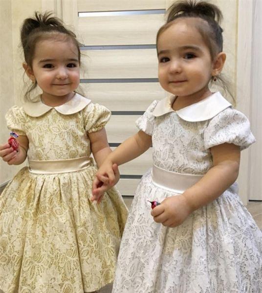 Thỉnh thoảng, để hình ảnh 2 bé thay đổi mẹ các bé cũng chọn màu sắc khác nhau cho trang phục để không bị nhàm mắt.