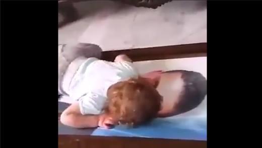 Đau lòng cảnh bé gái khóc trên di ảnh của cha