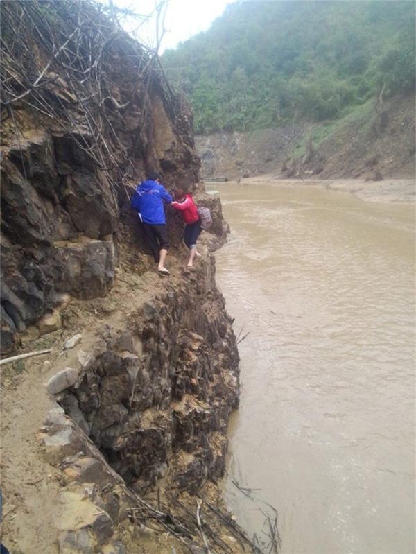 Hình ảnh giáo viên trèo đèo lội suối đi dạy 'gây bão mạng'