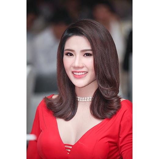 """Nụ cười rạng rỡ của Á khôi Lan Phương khi được vinh danh """"Người phụ nữ của năm"""". - Tin sao Viet - Tin tuc sao Viet - Scandal sao Viet - Tin tuc cua Sao - Tin cua Sao"""
