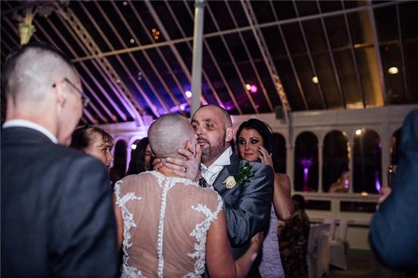 cô dâu cạo trọc vào ngày cưới