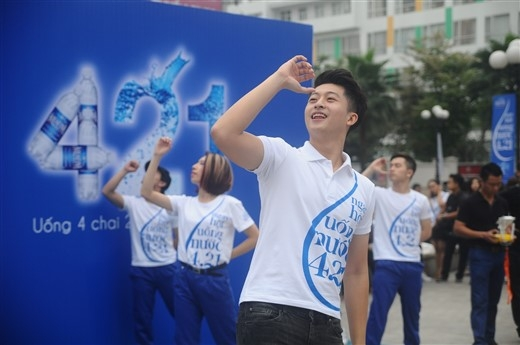 """""""Uống một chai cho chiều tươi mới"""" là thông điệp từ chàng diễn viên Harry Lu."""