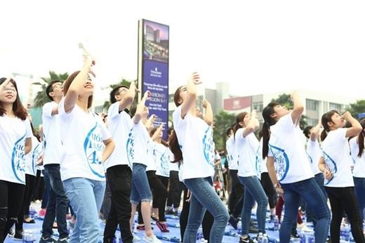 Noo Phước Thịnh làm dấu trái tim với fan  Điệu nhảy 421 với động tác uống nước