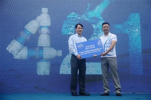 Và cũng thông qua sự kiên này, Aquafina cùng kết hợp với Báo Tuổi Trẻ dành tặng 1.000 thùng nước Aquafina 5L để hỗ trợ bà con vùng hạn mặn tại Miền Trung và Đồng Bằng Sông Cửu Long.