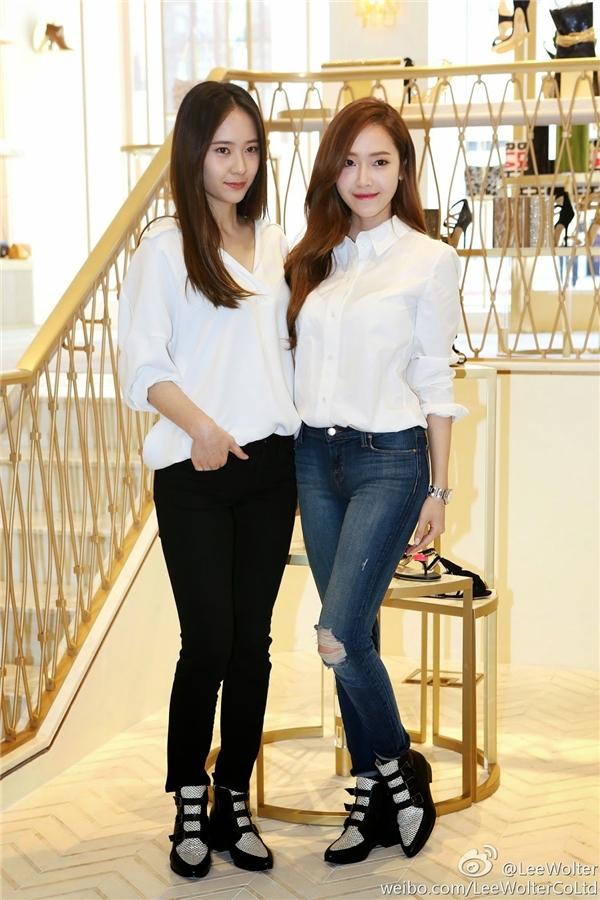 Jessica tên thật là Jung Soo Yeon, tên Hàn Việt là Trịnh Tú Nghiên. Trong khi đó, cô em gái Krystal sở hữu cái tên cũng hay không kém, Jung Soo Jung là Trịnh Tú Tinh. Ngay từ cái tên đã thấy được vẻ đẹp hoàn hảo của cặp chị em đình đám nhất Kpop hiện nay.