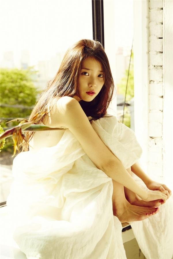 IU tên thật là Lee Ji Eun, tiếng Hán Việt là Lý Trí Ngân. Khi ra mắt, cô muốn chọn một nghệ danh độc đáo để mọi người dễ nhớ và công ty đã gợi ý kết hợp giữa I (tôi) và U (bạn). Từ đó, cái tên IU ra đời.