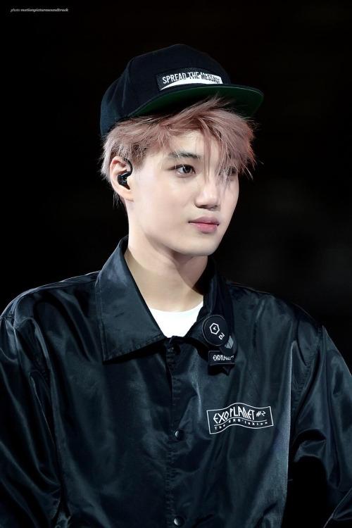 Kai (EXO) tên thật là Kim Jong In (tên Hán Việt là Kim Chung Nhân). Khi mới ra mắt, anh chàng từng không quen với nghệ danh của mình và hoàn toàn không ý thức được khi các fan gọi mình.