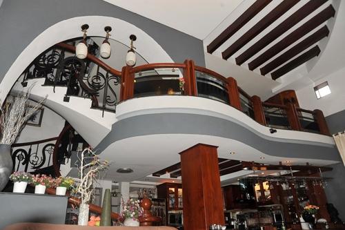 """Căn biệt thự với thiết kế ấn tượng và đẹp mắt, cùng nội thất sang trọng rất xứng tầm với vị trícủa nó.Tại tầng 1 của ngôi biệt thự """"triệu đô""""là không gian liên thông phòng khách - phòng bếp - phòng ăn với đồ nội thất gỗ ấm cúng. Tầng lửng là không gian phòng làm việc của công ty do Lý Hải và vợ chồng anh trai cùng làm. - Tin sao Viet - Tin tuc sao Viet - Scandal sao Viet - Tin tuc cua Sao - Tin cua Sao"""