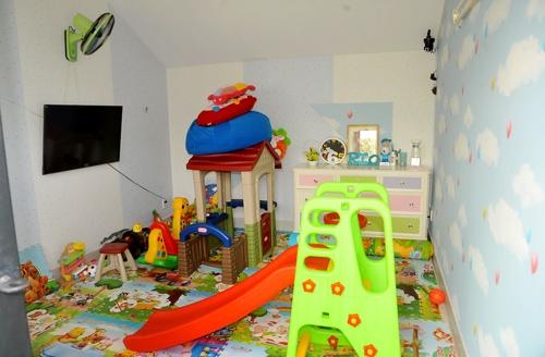 Không gian trong tầng 2 lạilà phòng ngủ của vợ chồng nam ca sĩ. Ngoài ra anh còn thiết kế một phòng với đầy đủ đồ chơi dành cho các thiên thần nhỏ của mình vui chơi. - Tin sao Viet - Tin tuc sao Viet - Scandal sao Viet - Tin tuc cua Sao - Tin cua Sao
