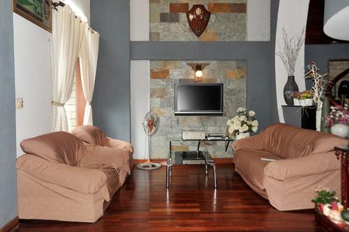 Phòng khách được thiết kế đơn giản với tông màu nâu đất chủ đạo, tạo cảm giác thân thiện và gần gũi với thiên nhiên. - Tin sao Viet - Tin tuc sao Viet - Scandal sao Viet - Tin tuc cua Sao - Tin cua Sao