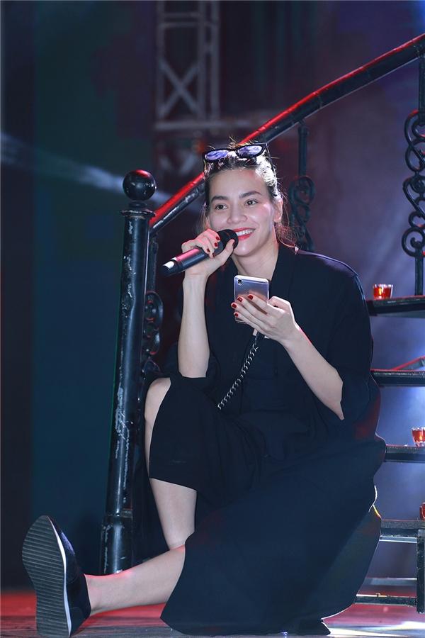 Mới đây, phía nữ ca sĩ cũng vừa xác nhận việc cô sẽ ngồi ghế nóng của chương trình The Face 2016 bên cạnh hai người đẹp là Lan Khuê và Phạm Hương. - Tin sao Viet - Tin tuc sao Viet - Scandal sao Viet - Tin tuc cua Sao - Tin cua Sao