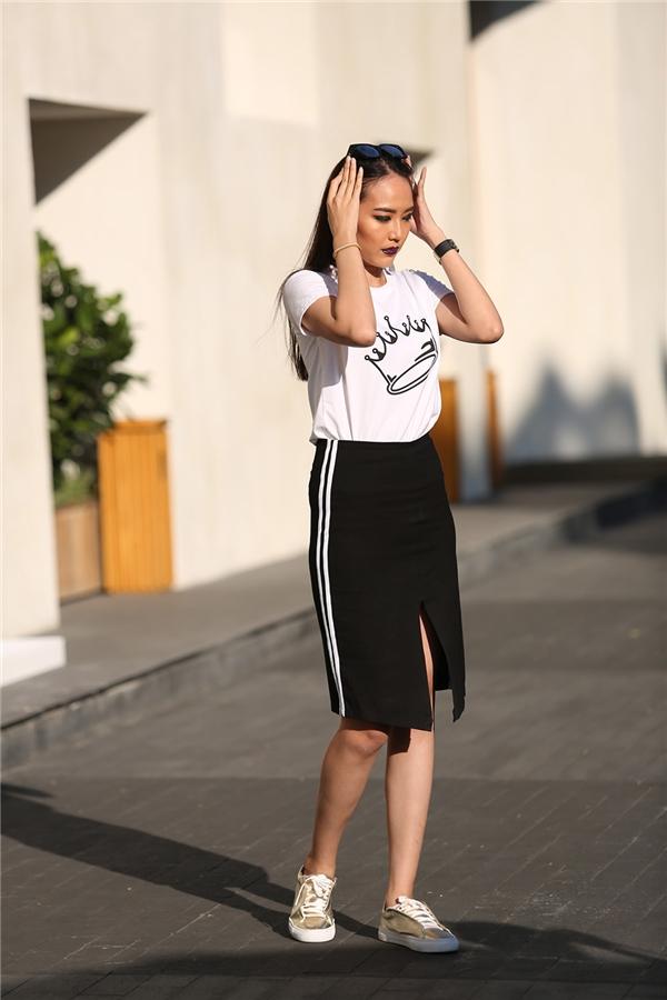 Hai tông màu trắng đen vẫn khá được ưa chuộng bởi sự thanh lịch, đơn giản nhưng vẫn vô cùng thu hút. Một chút sắc vàng ánh kim ở đôi giày slip on vẫn đủ tạo nên nét chấm phá cho bộ trang phục này.