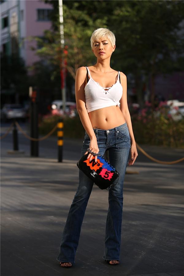 Bra-top - trang phục được ưa chuộng nhất mùa hè bởi sự gợi cảm, thoải mái được ứng dụng khéo léo với quần jeans ống suông cổ điển.