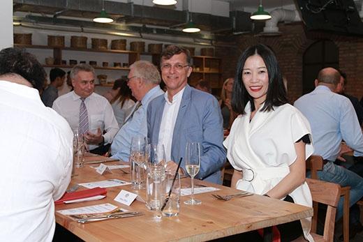 Đại sứ Australia tại Việt Nam - ngàiHugh Borrowman (áo vest xanh) là khách mời đặc biệt trong bữa tiệc.
