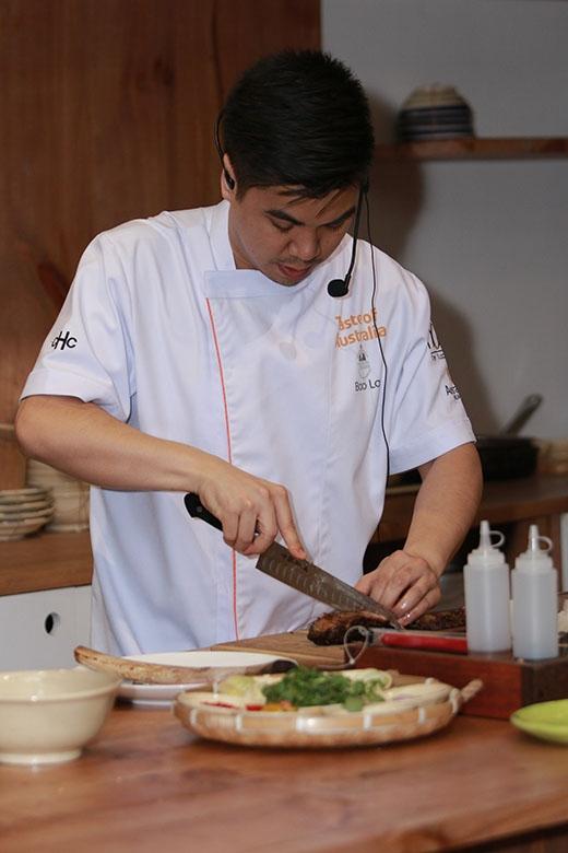 Sau đó, bếp trưởng Bao La đến từ nhà hàng Le Garcon Saigon trổ tài nấu nướng với món ăn thứ hai.