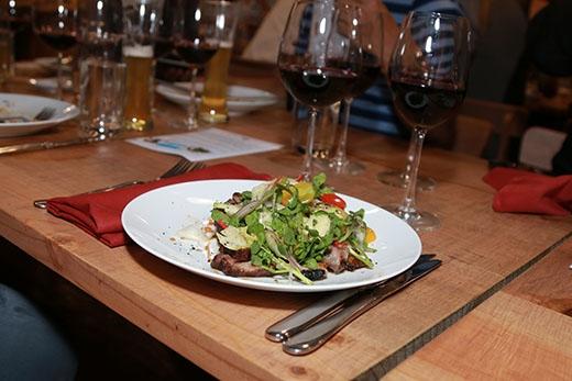 Món ăn thứ hai trình bày khá đẹp mắt với sườnbò Úc thái lát, kết hợp cùng các nguyên liệu thuần việt như xà lách xoong, cà chua bi và củ hành tím.Giavị Bò lúc lắc được sử dụng để gia tăng hương thơm cho món ăn này.
