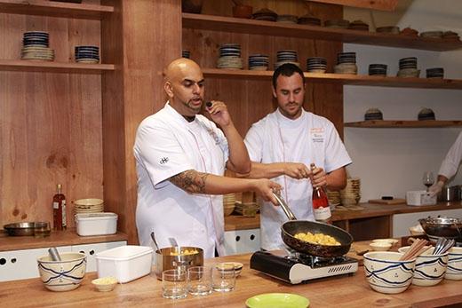Cuối cùng, món tráng miệng được thực hiện bởi hai đầu bếp danh tiếng Asif Mehrudeen (bên trái) và Benjamin Attwataer đều đến từ nhà hàng Sorae.