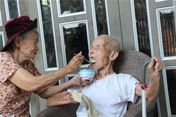 Nghe chuyện tình của ông bà cụ trăm tuổi vẫn thương nhau như ngày đầu