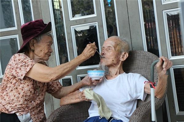 Hình ảnh chăm sóc nhau lúc tuổi xế chiều khiến không ít người cảm phục. (Ảnh: NVCC)