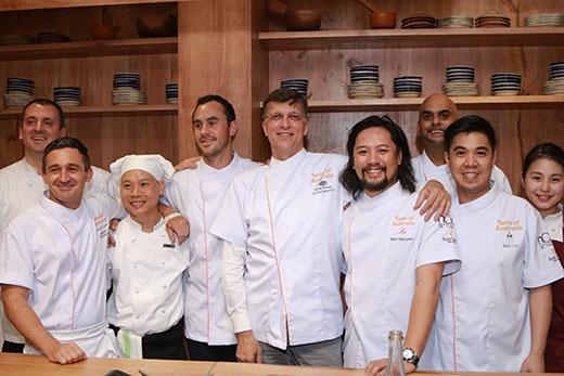 Các đầu bếp, MC và ngài Đại sứ chụp ảnh lưa niệm cùng nhau.