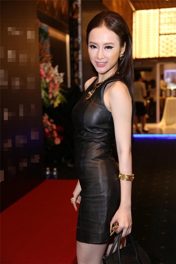 Là một tín đồ thời trang, người đẹp hào hứng tiết lộ cô rất vui khi đến ủng hộ cho NTKCông Trí.