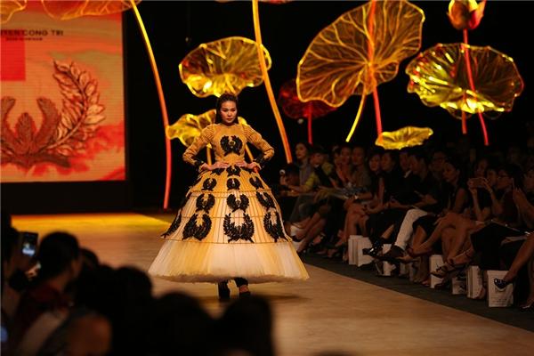 Vị trí chốt show vẫn thuộc về gương mặt quen thuộc người đã gắn bó với Công Trí trong hơn 10 năm qua - siêu mẫu Thanh Hằng.