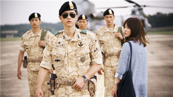 Thích thú Song Joong Ki làm nũng trên vai Song Hye Kyo