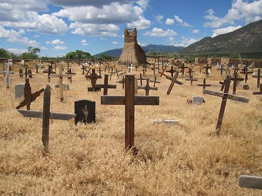 """Khu mộ ở thành phố Taos nằm trong diện """"nghi vấn"""" nguồn gốc của âm thanh kì lạ. (Ảnh: Internet)"""