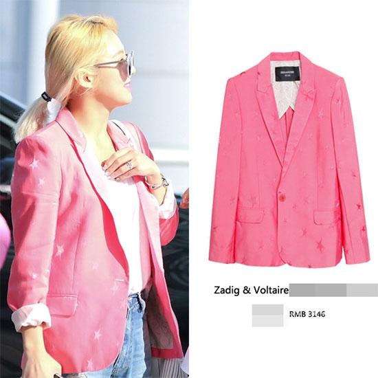 Sắc hồng xu hướng đã được Hyoyeon sớm cập nhật vào trong tủ đồ của mình. Chiếc áo vest thanh lịch nhưng không kém phần nổi bật mà cô đang diện có giá khoảng 11 triệu đồng.