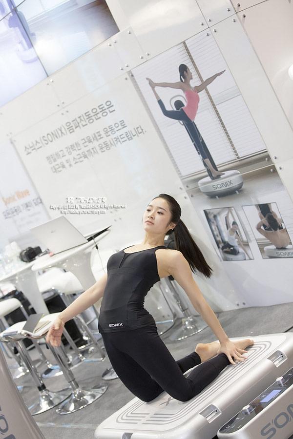 Giáo viên Yoga xinh đẹp gây sốt với thân hình nóng bỏng