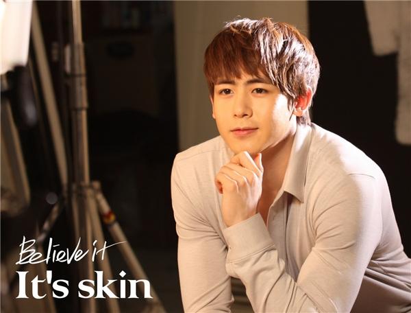 """Từ những ngày đầu ra mắt, """"hoàng tử Thái"""" Nichkhun đã thu hút sự chú ý của cộng đồng fan Kpop nhờ gương mặt điển trai, """"búng ra sữa"""". Sau nhiều năm """"lăn lộn"""" trong nghề và bước sang tuổi 28 (sinh năm 1988)nhưng thành viên 2PM vẫn trẻ trung như ngày nào."""