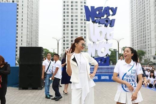 """Thanh Hằng, hào hứng thể hiện vũ điệu 421 với hàng trăm fan để truyền đi thông điệp """"uống một chai cho sáng tinh khôi""""."""