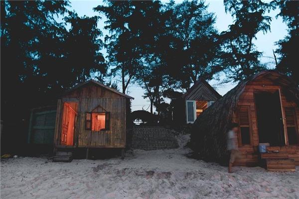 Các căn nhà gỗ san sát và khá đầy đủ tiện nghi.(Ảnh: Internet)