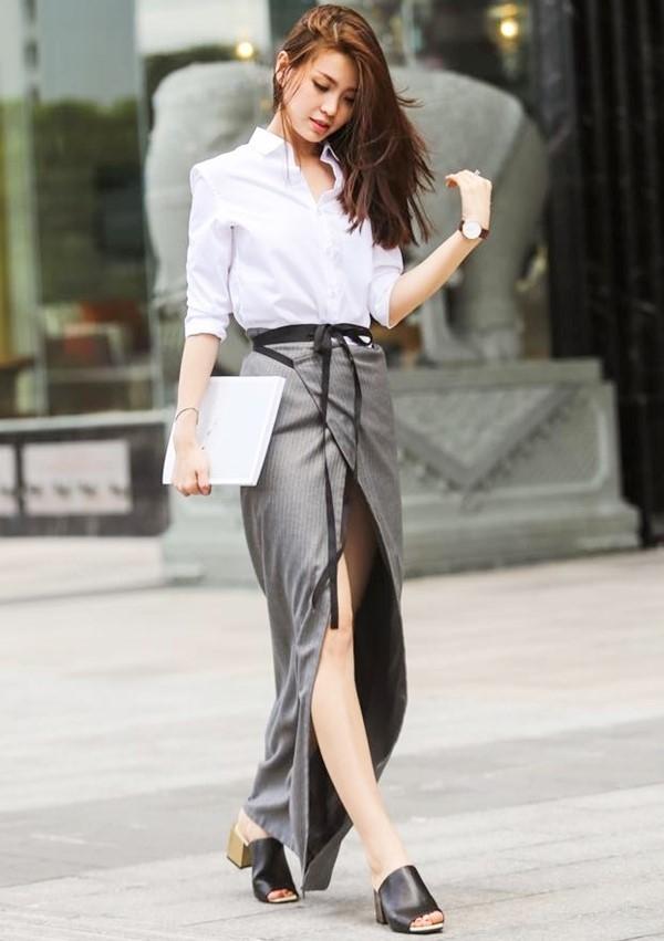 Diễm Trang kết hợp mules chất liệu da với đế màu gỗ cùng bộ trang phục thanh lịch nhưng không kém phần gợi cảm bởi đường xẻ sâu hút ở chân váy.