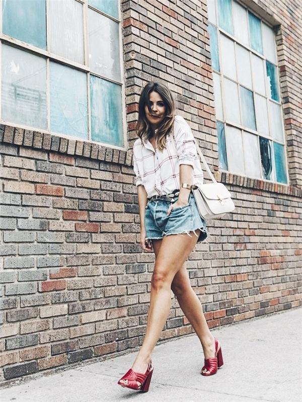 Đôi sandal màu đỏ đô này chắc chắn sẽ giúp bạn trở thành tâm điểm trên đường phố.