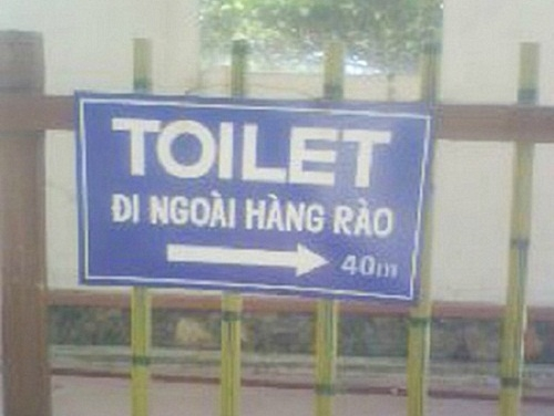 Toilet đi ngoài hàng rào.
