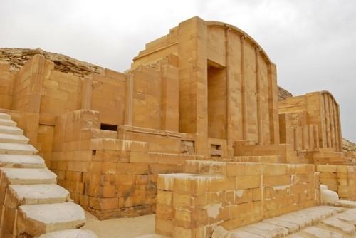 Một nhà thờ nhỏ trong cung điện Hep-Sed ở kim tự tháp bậc thang Djoser
