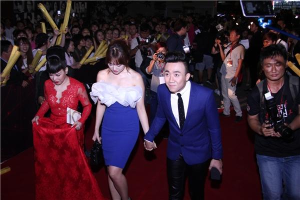 Trấn Thành - Hari Won tay trong tay xuất hiện tại lễ trao giải HTV Awards 2016. - Tin sao Viet - Tin tuc sao Viet - Scandal sao Viet - Tin tuc cua Sao - Tin cua Sao