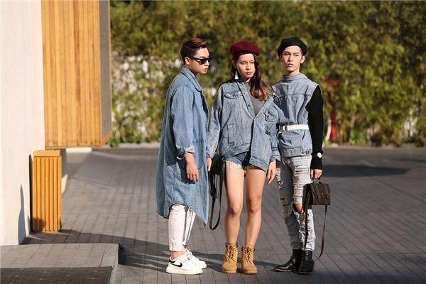Bộ ba bạn thân cùng diện trang phục đồng điệu với chất liệu denim.