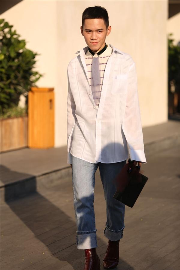Một chàng trai với cách phối trang phục nhiều layer thú vị: vừa cá tính, năng động nhưng lại vừa lịch thiệp, nhã nhặn.