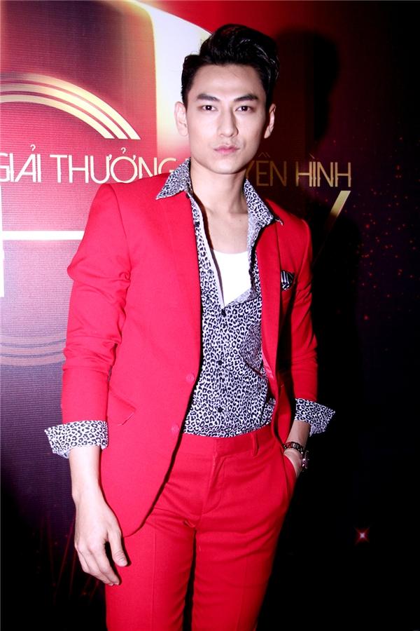 Isaac lịch lãm với bộ vest đỏ - Tin sao Viet - Tin tuc sao Viet - Scandal sao Viet - Tin tuc cua Sao - Tin cua Sao