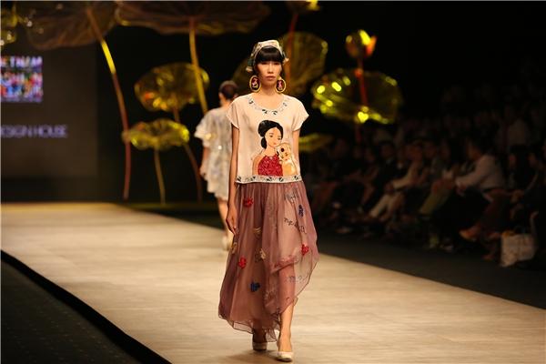 Không làm phụ lòng khán giả, các tín đồ thời trang, nhà thiết kế Thủy Nguyễn đã mang đến một bộ sưu tập tràn ngập hương sắc. Bên cạnh yếu tố nghệ thuật, tinh thần nhân văn và tình cảm mà người nghệ sĩ này đặt vào từng thiết kế đã thực sự lay động đến sâu thẳm trong tâm hồn của người xem.