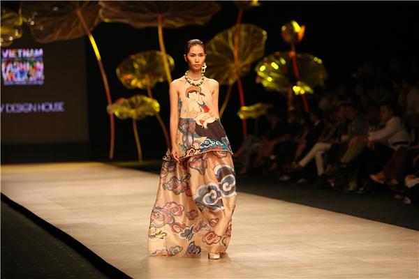 Các thiết kế của Thủy Nguyễn làm gợi nhớ đến hình ảnh của người phụ nữ trong những ngày xưa cũ với áo yếm, áo dài nhưng được cách điệu lạ mắt.